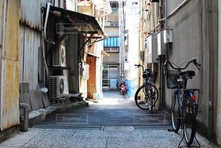 自転車は建物の脇に駐車の写真・画像素材[1269263]