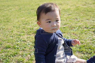 草の中に立っている小さな男の子の写真・画像素材[1269517]