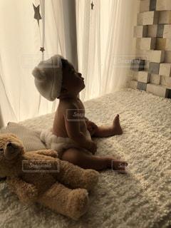ぬいぐるみと赤ちゃんの写真・画像素材[1318073]