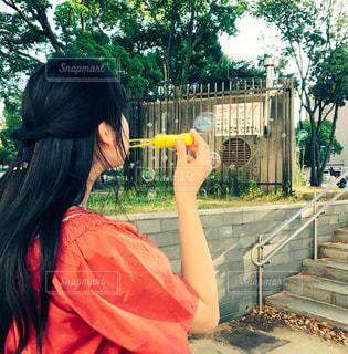 シャボン玉で遊ぶ女性の写真・画像素材[1270792]