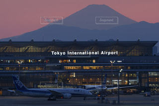 富士山と787と羽田空港国際線ターミナルの写真・画像素材[1274260]