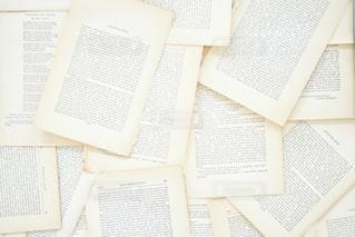 テーブルの上の本の写真・画像素材[1274048]
