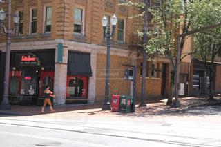 れんが造りの建物の横の道を歩いている人の写真・画像素材[1272791]