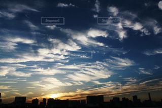 街に沈む夕日の写真・画像素材[1823069]