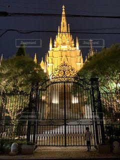 夜にライトアップされた建物の写真・画像素材[2258992]