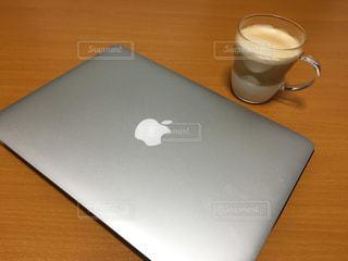 木製テーブルの上に座っているラップトップ コンピューターの写真・画像素材[1273576]