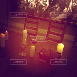 鏡の前にテーブルとソファ付きの部屋の写真・画像素材[1273599]