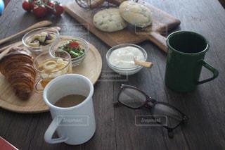 テーブルの上のコーヒー カップの写真・画像素材[1275287]