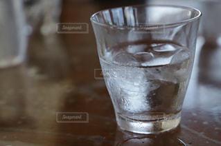 テーブルの上にガラスコップの写真・画像素材[3147201]