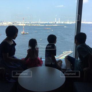 ホテルから海を眺める家族🌊✨の写真・画像素材[3147198]