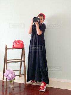 立ってカメラのポーズをとる人📷♥️の写真・画像素材[3622961]