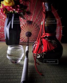 テーブルの上の花瓶と瓢箪酒の写真・画像素材[1274023]