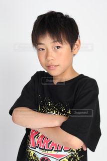 黒の t シャツを着てポーズを取る少年の写真・画像素材[1280638]