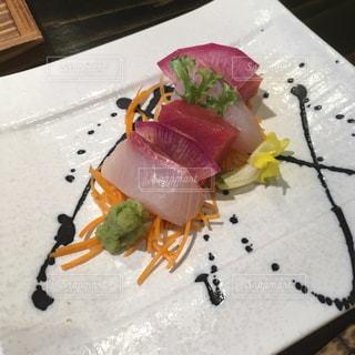テーブルの上に食べ物のプレートの写真・画像素材[1274179]