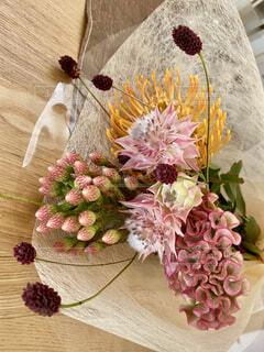 テーブルの上に花の花瓶の写真・画像素材[3961050]