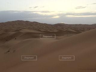 サハラで就寝 翌朝の写真・画像素材[1275545]