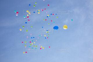 青空と風船の写真・画像素材[1277392]