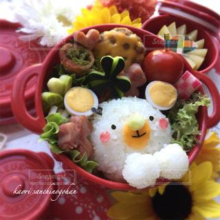 テーブルの上に食べ物のプレートの写真・画像素材[1276181]