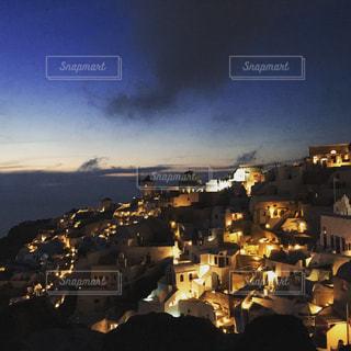 初夏のサントリーニ島、日没後の街明かりの写真・画像素材[1276220]