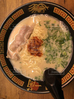 板の上に食べ物のボウルの写真・画像素材[1860051]