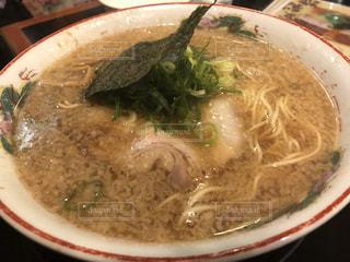 白いプレートにスープのボウルの写真・画像素材[1860053]
