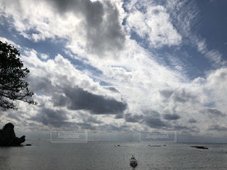 水体の上空で雲のグループの写真・画像素材[1860860]