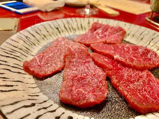 皿の上の食べ物のかけらの写真・画像素材[1624488]