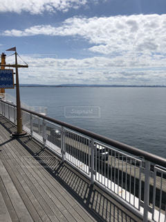 水の体の横に桟橋のビューの写真・画像素材[1504389]