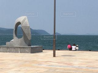 海を眺める親子の写真・画像素材[1281967]