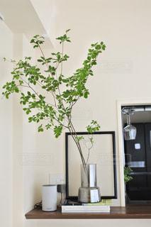 家具やテーブルの上の花瓶で満たされた部屋の写真・画像素材[1277111]