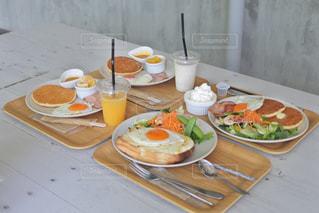 カフェのテラス席での食事の写真・画像素材[1277113]