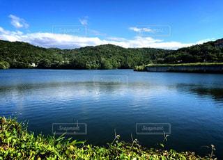 水面が青く輝く湖の写真・画像素材[1277232]