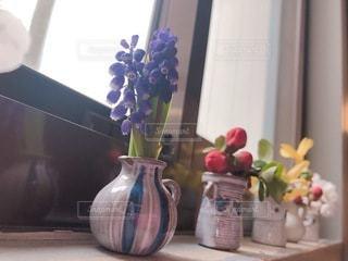テーブルの上に花の花瓶の写真・画像素材[3531719]