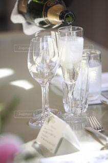 テーブル ワインのグラスの写真・画像素材[1706876]