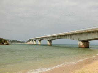 古宇利島に繋がるまっすぐな橋の写真・画像素材[1873795]