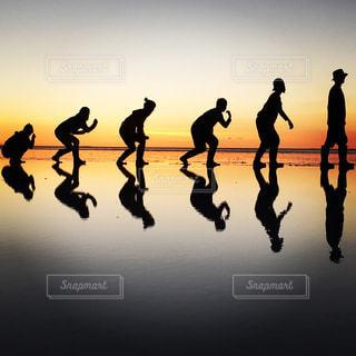 ウユニ塩湖でトリック写真に挑戦の写真・画像素材[1278190]