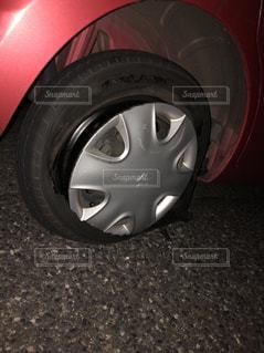 バーストした車のタイヤの写真・画像素材[1278245]
