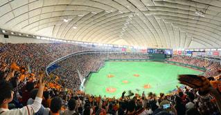 バック グラウンドで東京ドームの人々 でいっぱいスタジアムの写真・画像素材[1278237]