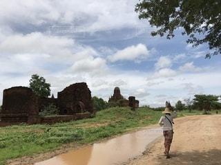 未舗装の道路を歩く人の写真・画像素材[1278875]