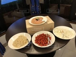 テーブルな皿の上に食べ物のプレートをトッピングの写真・画像素材[1282042]