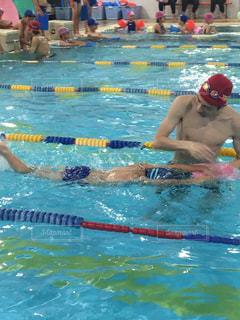 水を泳ぐ人たちのグループの写真・画像素材[1278962]