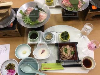 テーブルの上に食べ物のボウルの写真・画像素材[1279031]
