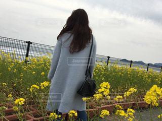 黄色の花を身に着けている女性の写真・画像素材[1279595]