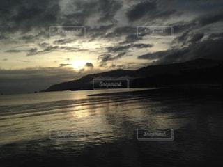 水の体から昇る光の写真・画像素材[1279937]