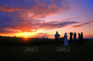 夕陽と仲間との写真・画像素材[1280073]