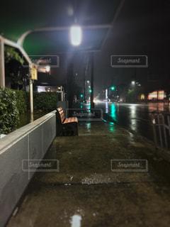 夜、雨のベンチの写真・画像素材[1286017]
