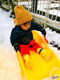 雪の中で立っている少年の写真・画像素材[1280944]