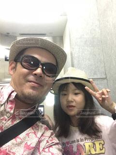 帽子をかぶった親子の写真・画像素材[1284037]