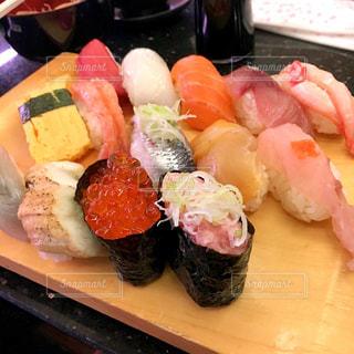 テーブルの上の寿司のグループの写真・画像素材[1281029]