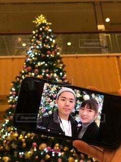 クリスマスツリーとカップルの写真・画像素材[2778609]